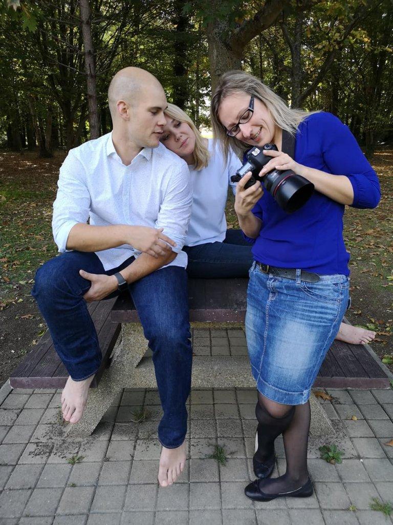 Séance photo à l'extérieur pour un couple