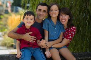 Seance photo pour deux parents et deux enfant realise par photographe de famille a rennes