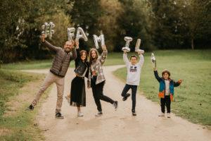 Portrait de famille rennaise avec parents et leur trois enfants
