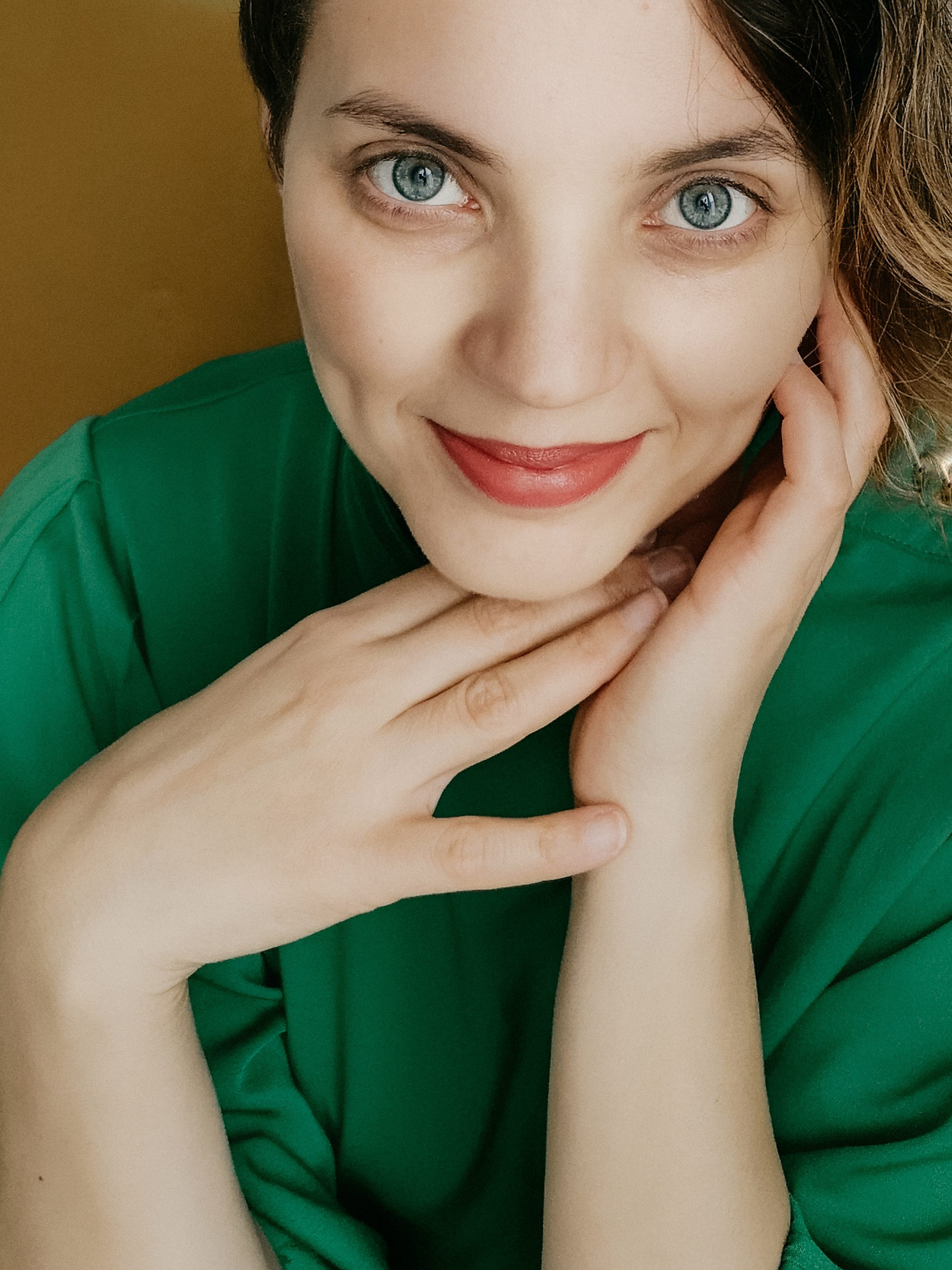 Portrait de jeune femme qui sourit lors d une seance photo a distance