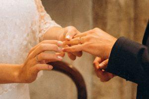 échange d'alliances à l'église lors du mariage