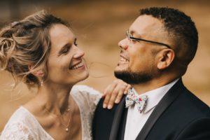 Les mariés se sourient
